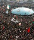 Vista general de miles de personas que acudieron al funeral del comandante de la Fuerza Quds de la Guardia Revolucionaria, el general Qasem Soleimaní, en Teherán, Irán. (Foto Prensa Libre: EFE)