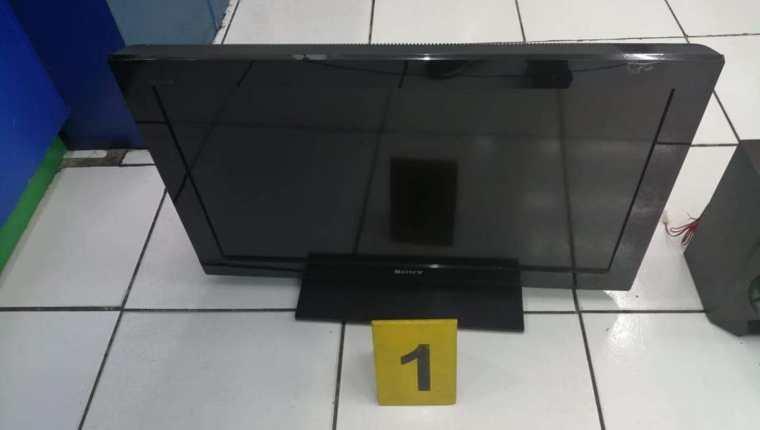 En el allanamiento el Ministerio Público incautó un televisor y otros electrodomésticos. (Foto Prensa Libre: cortesía)