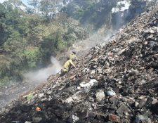 El combate del incendio se produjo en condiciones difíciles para los bomberos. (Foto Prensa Libre: Andrea Domínguez)