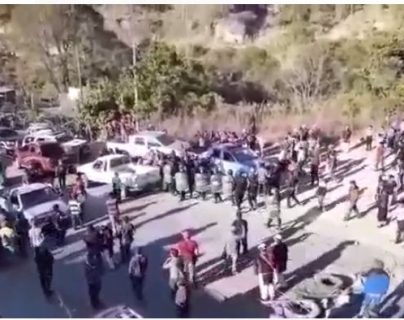 Un grupo de 200 pobladores se enfrentó a la PNC y quemó una autopatrulla en San Sebastián, Huehuetenango. (Foto Prensa Libre: captura de pantalla)