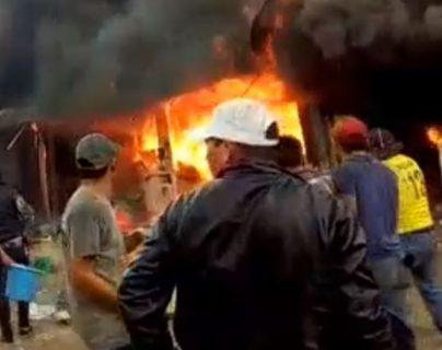 Vecinos ayudan a sofocar las llamas.