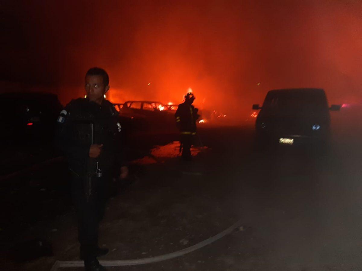 Incendio arrasa predio de vehículos en el Periférico de Quetzaltenango
