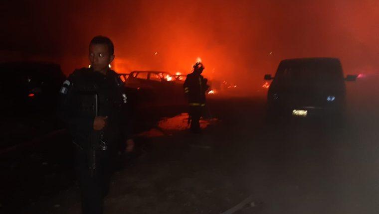 El incendio se extiende con rapidez hacia otros inmuebles, en el Periférico de Quetzaltenango. (Foto Prensa Libre: PNC)