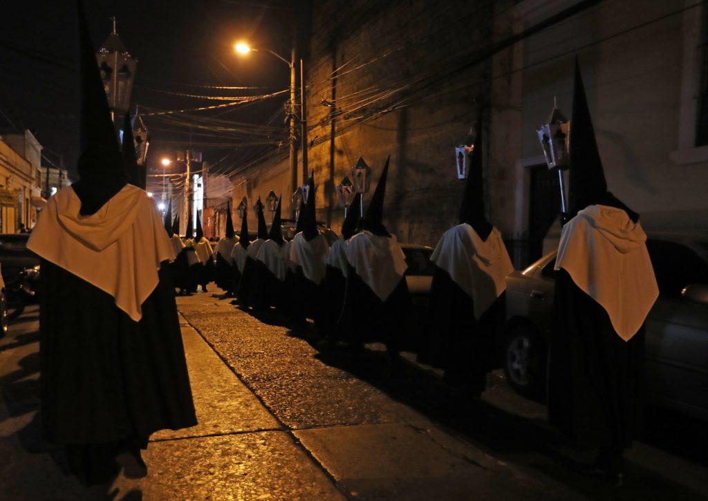 La noche del martes del Carnaval se llevó a cabo el traslado de Pasos de la iglesia de Santo Domingo en la zona 1 de Guatemala. Foto Prensa Libre: Óscar Rivas
