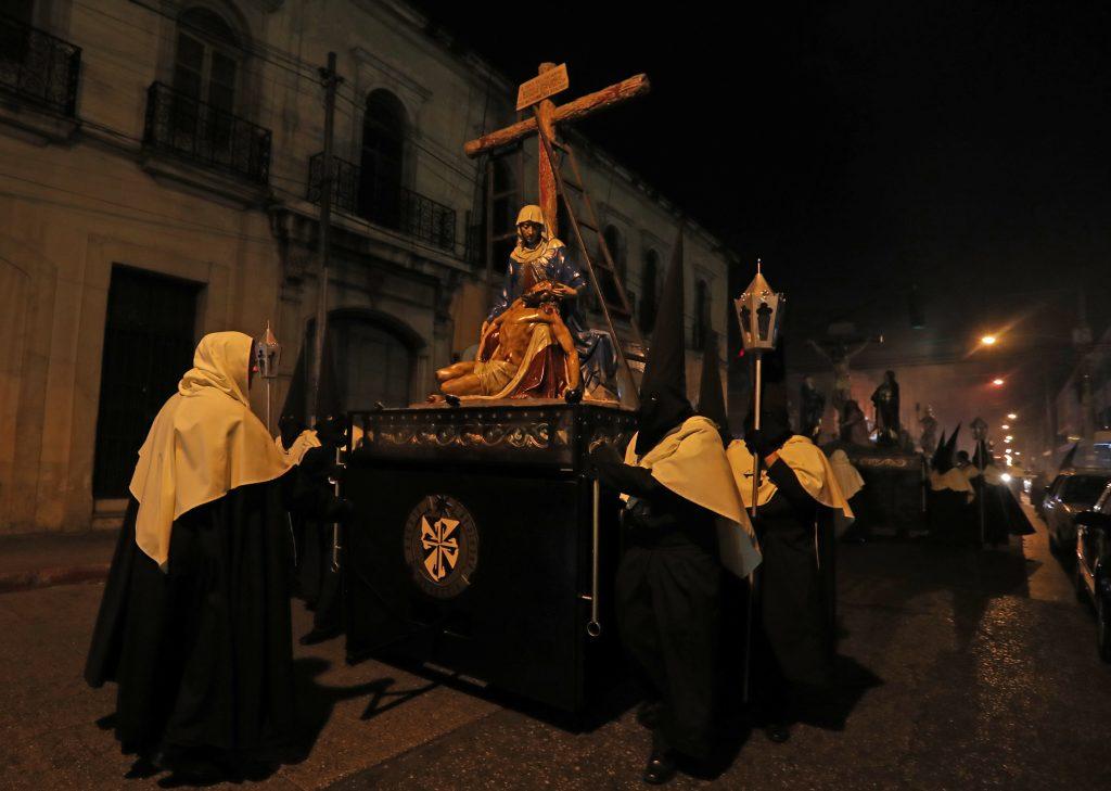 Los Pasos recorren alrededor de dos cuadras antes de ingresar a la plazuela frente a la iglesia. Foto Prensa Libre: Óscar Rivas