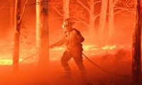 Los costos financieros de eventos catastróficos provocados por el cambio climático, como los incendios en Australia, pueden tener un efecto en cascada.