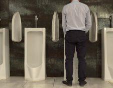En Occidente, los hombres están culturalmente programados para orinar de pie.