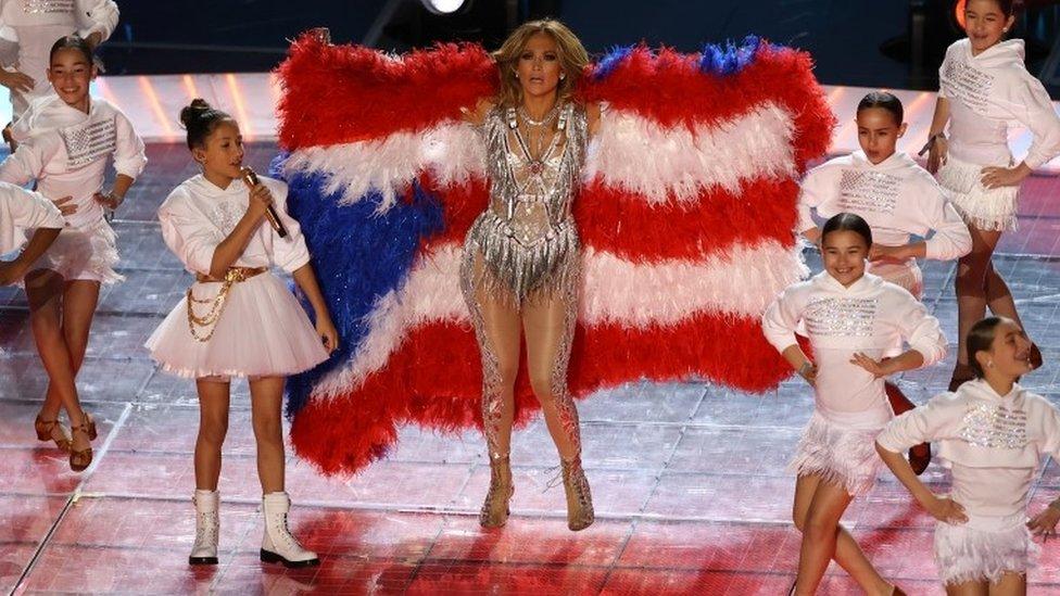 """Super Bowl: el mensaje """"político"""" del espectáculo de Shakira y Jennifer López en el medio tiempo de la final de la NFL"""