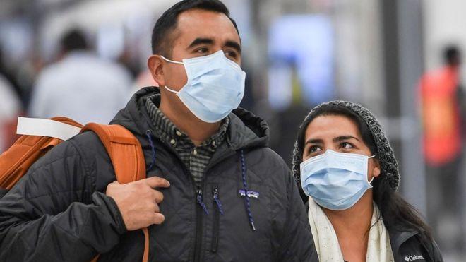 Con mascarillas paseaba esta pareja por el aeropuerto de Ciudad de México. GETTY IMAGES
