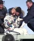 Christina Koch celebró con los pulgares hacia arriba mientras salía de la cápsula Soyuz.