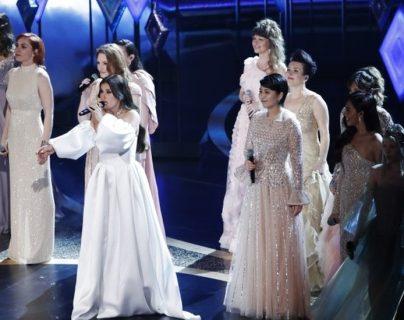 """Nueve cantantes acompañaron a la estadounidense Idina Menzel en la interpretación de """"Into the Unknow"""", el tema principal de Frozen 2. REUTERS"""