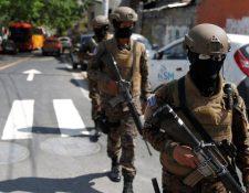 Militares con armas largas patrullaron en los alrededores del Congreso de El Salvador el fin de semana. REUTERS
