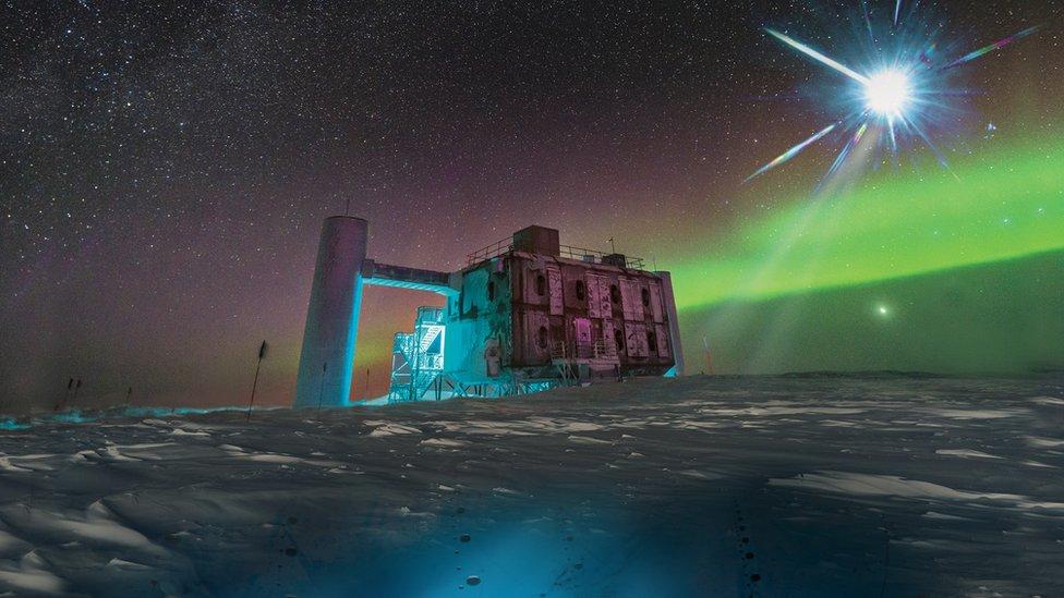 """Cómo es IceCube """"el telescopio más extraño del mundo"""" que caza partículas fantasma en la Antártica"""