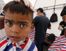 Miles de familias venezolanas han llegado a Colombia en los últimos años. En esta imagen, inmigrantes venezolanos se cortan el pelo a su llegada a la estación de autobuses de Bogotá.