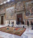 Por primera vez en la historia la Capilla Sixtina del Vaticano muestra en su posición original los diez tapices que diseñó el artista Rafael hace más de 500 años.