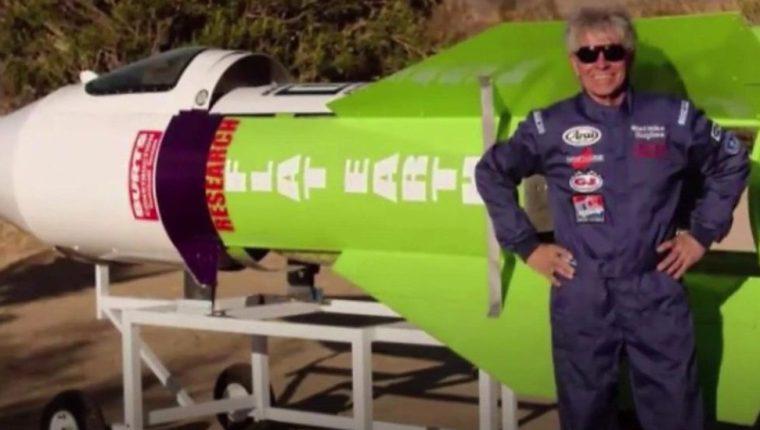 Mike construyó su cohete en el patio trasero de su casa junto a sus asistentes.