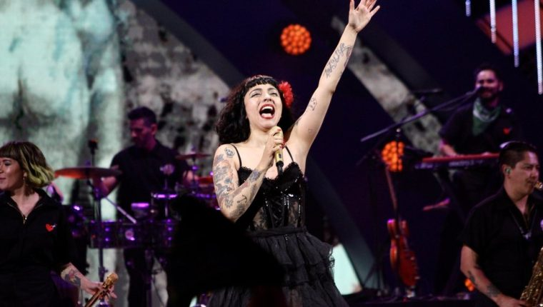 El show de Mon Laferte fue ovacionado por miles de personas que asistieron al Festival de Viña del Mar la noche del lunes 24 de febrero.
