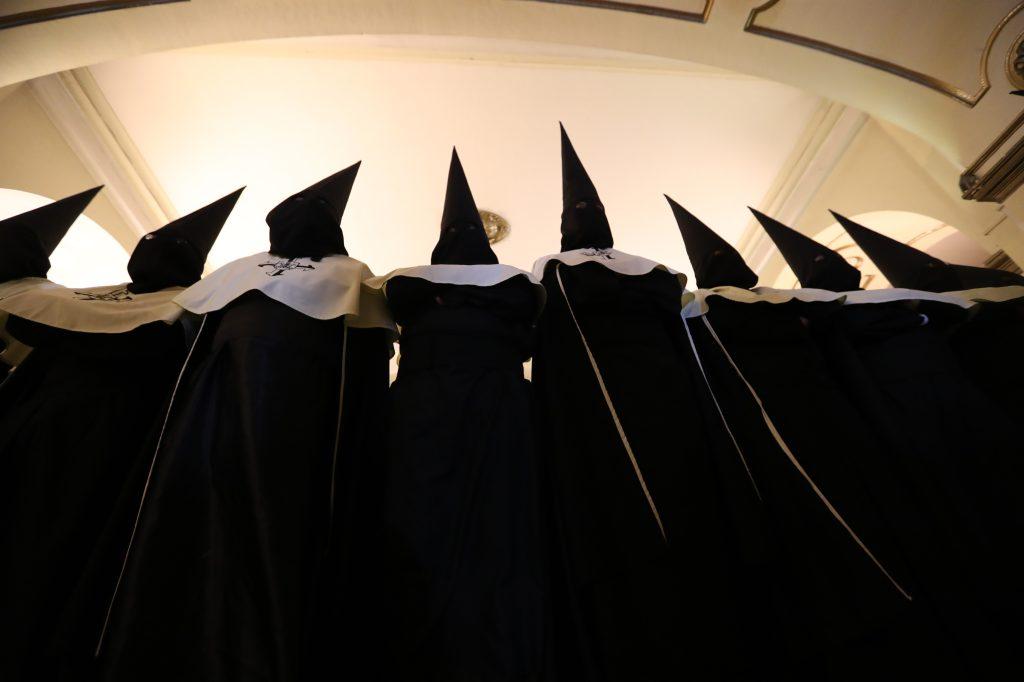 Los vistos trajes negros y paletinas amarillas son el distintivo de quienes participan en el cortejo. Foto Prensa Libre: Óscar Rivas