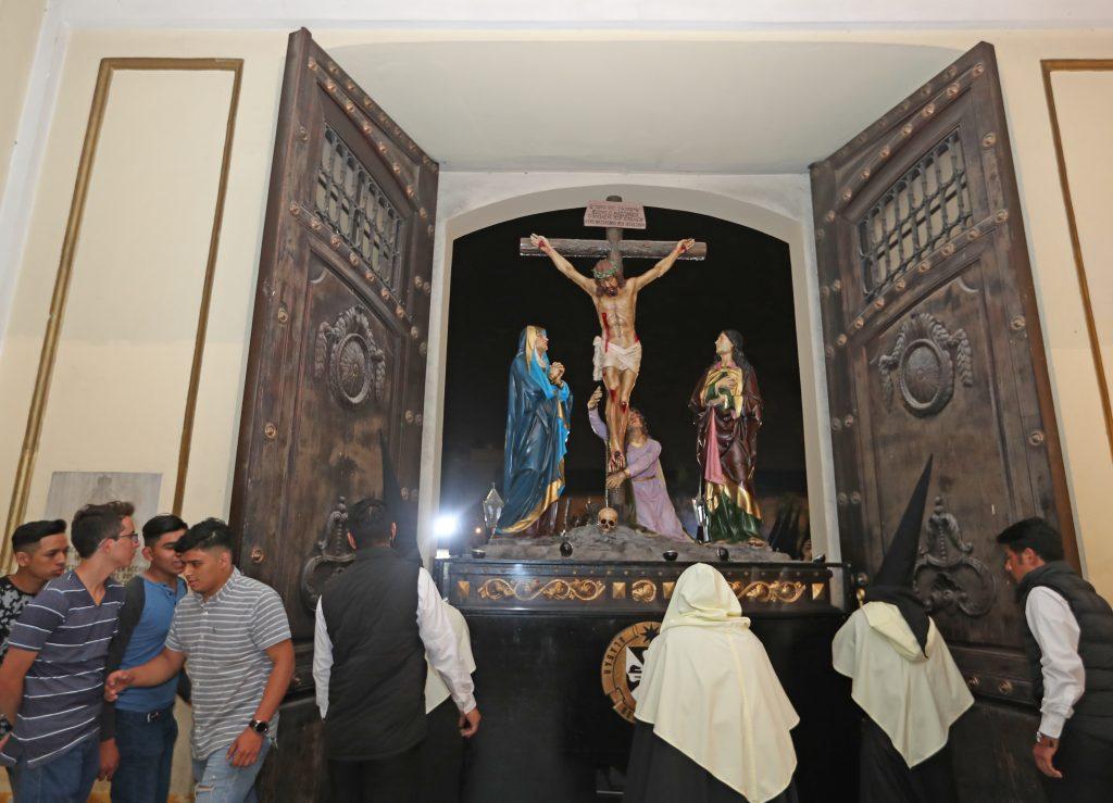 Con mucho cuidado y las medidas de precaución pertinentes, los Pasos ingresan a la Basílica. Foto Prensa Libre: Óscar Rivas