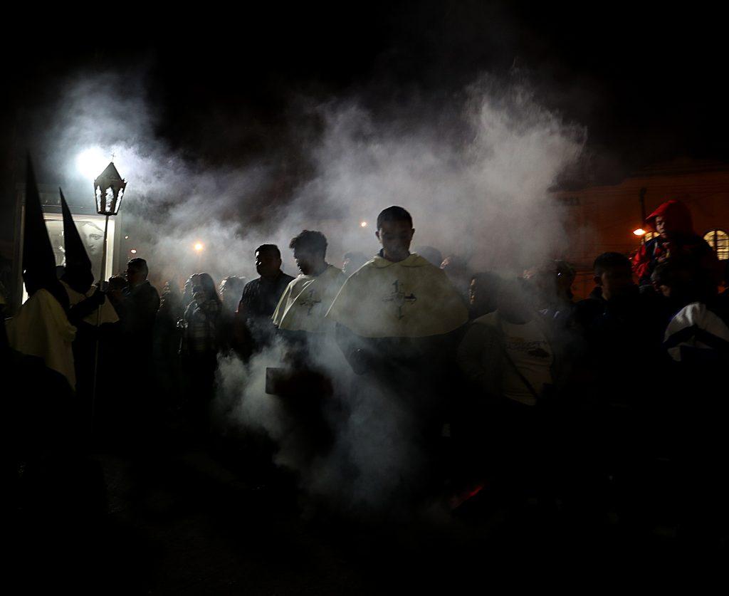 El humo del incienso agrega misticismo a la actividad. Foto Prensa Libre: Óscar Rivas