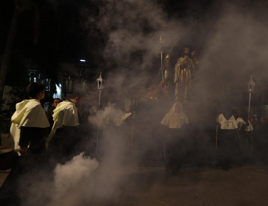 El traslado se realiza la noche del martes de Carnaval para que el primer día de Cuaresma ya estén dentro de la iglesia. Foto Prensa Libre: Óscar Rivas