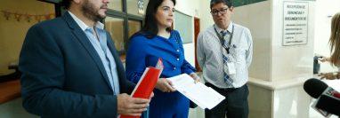 Rodolfo Jiménez y Marisol Archila, representantes de las cámaras de Medios y de Radiodifusión entregan una denuncia a Orlando Rodríguez, director de Atención de Denuncias de CGC. (Foto Prensa Libre: Esbin García)