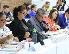 Los comisionados emiten su voto a viva voz ya sea a favor o en contra de determinados candidatos. (Foto Prensa Libre: Byron García)