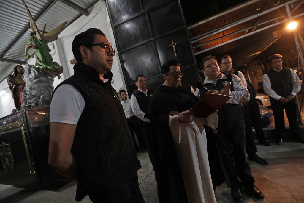 El párroco de la Basílica Menor de Nuestra Señora del Rosario, Fray Luis Roberto Aguilar OP, eleva una oración y permite que se realice el traslado. Foto Prensa Libre: Óscar Rivas