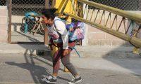 AME6907. AGUA CALIENTE (HONDURAS), 01/02/2020.- La migrante hondureña Ana Rosa Torres cruza el punto fronterizo hacia Guatemala, este sábado en Agua Caliente (Honduras). Más de un centenar de inmigrantes hondureños que integran la segunda caravana que ha salido este año cruzaron este sábado el punto aduanero de Agua Caliente, fronterizo con Guatemala, con el objetivo de llegar a Estados Unidos o México, según declararon varios de ellos a Efe. EFE/ Gustavo Amador