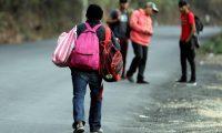 -FOTODELDÍA- AME6907. AGUA CALIENTE (HONDURAS), 01/02/2020.- Inmigrantes hondureños cruzan el punto fronterizo hacia Guatemala, este sábado en Agua Caliente (Honduras). Más de un centenar de inmigrantes hondureños que integran la segunda caravana que ha salido este año cruzaron este sábado el punto aduanero de Agua Caliente, fronterizo con Guatemala, con el objetivo de llegar a Estados Unidos o México, según declararon varios de ellos a Efe. EFE/ Gustavo Amador