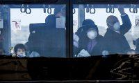 -FOTODELDIA- EPA283. ROMA (ITALIA), 03/02/2020.- Los 56 italianos que fueron repatriados desde la ciudad de Wuhan, epicentro de la difusión del coronavirus, llegaron este lunes a Roma (Italia) y serán trasladados a un espacio habilitado en un cuartel del Ejército en la periferia dela capital para ser sometidos a un periodo de aislamiento de dos semanas. EFE/Alessandro Di Meo