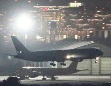 El avión de Air Canadá que debió sobrevolar horas cercano al aeropuerto de Barajas para poder aterrizar sin incidentes. (Foto Prensa Libre: EFE)
