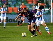La delantera de la Real Sociedad, Nahikari García (d), disputa un balón con Rocío Gálvez, defensa del Levante. (Foto Prensa Libre. EFE)