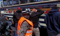 AME9173. EL TEJAR (GUATEMALA), 06/02/2020.-Soldados guatemaltecos participan en los operativos del Estado de Prevención, decretado por el presidente de Guatemala Alejandro Giammattei, este miércoles 05 de febrero en el departamento de Chimaltenango (Guatemala). Giammattei decretó esta semana un nuevo estado de prevención en varios municipios del centro del país y por seis días el Ejército volverá a las calles, tal y como ha sucedido de manera consistente desde hace más de un lustro. La presencia de militares en las calles, esta vez en tres municipios del departamento de Guatemala y otros tres del departamento de Chimaltenango, no fue una novedad para la población, pues desde 2013 auxilian en la seguridad interna a las fuerzas civiles por disposición del exmandatario Otto Pérez Molina (2012-2015). EFE/ Esteban Biba