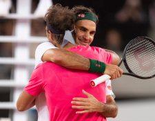 Roger Federer de Suiza (R) abraza a Rafael Nadal de España (L) después de ganar el evento benéfico Match in Africa Cape Town, Ciudad del Cabo, Sudáfrica, el 07 de febrero de 2020. (Foto Prensa Libre: EFE).