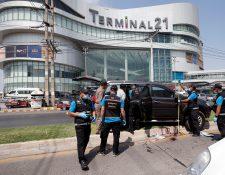 Policías inspeccionan el lugar del tiroteo frente a un centro comercial. (Foto Prensa Libre: EFE)