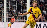 El centrocampista holandés del FC Barcelona Frenkie de Jong celebra su gol, el primero del equipo contra el Real Betis. (Foto Prensa Libre: EFE)