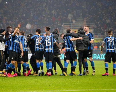 Jugadores del Inter celebran la victoria contra el AC Milan. (Foto Prensa Libre: EFE)