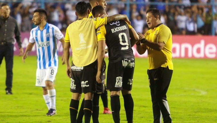 AME1909. TUCUMÁN (ARGENTINA), 12/02/2020.- Rolando Blackburn (c) de The Strongest se lamenta al perder en la definición por penaltis ante Tucumá el miércoles en un partido de la Copa Libertadores. (Foto Prensa Libre. EFE)