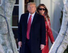 El presidente de EE. UU. Donald Trump y la Primera Dama Melania Trump caminan desde la Oficina Oval a Marine One en el South Lawn de la Casa Blanca en Washington. (Foto Prensa Libre: EFE)
