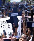 Los salvadoreños se manifestaron frente a la sede del Congreso de su país. (Foto Prensa Libre: EFE)