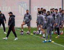 El entrenador argentino del Atlético de Madrid, Diego Pablo Simeone  prepara al equipo para recibir al Liverpool. (Foto Prensa Libre: EFE)