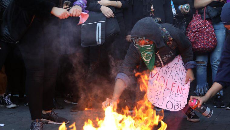 Colectivos y organizaciones feministas prenden una fogata en forma de protesta frente al Palacio Nacional por la muerte de Fátima, la niña de siete años cuyo cuerpo fue localizado el pasado fin de semana, en Ciudad de México. (Foto Prensa Libre: EFE)