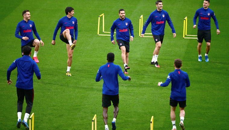 Los jugadores del Atlético de Madrid participan en una sesión de entrenamiento del equipo,  en la Ciudad Deportiva Wanda. (Foto Prensa Libre: EFE)
