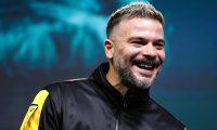 """AME5976. VIÑA DEL MAR (CHILE), 22/02/2020.- El cantante puertorriqueño Pedro Capó durante una rueda de prensa este sábado, un día antes del inicio del Festival Internacional de la Canción de Viña del Mar este sábado en la ciudad costera de Viña del Mar (Chile). El puertorriqueño Pedro Capó dijo que huye del """"machismo"""" en sus canciones y confió en que su éxito permanezca más allá de """"Calma"""", canción con la que ganó dos Grammy Latino. """"Machismo lamentablemente es algo que ha experimentado el mundo, en nuestra cultura latina también, y la música urbana no ha sido inocente"""", expresó el también compositor de hits como """"La mordidita"""", de Ricky Martin, en una rueda de prensa en la ciudad chilena. EFE/ Alberto Valdés"""