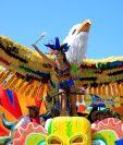 Una integrante de una comparsa desfila este sábado en la tradicional Batalla de Flores durante el primer día del Carnaval, en Barranquilla. Foto Prensa Libre: EFE