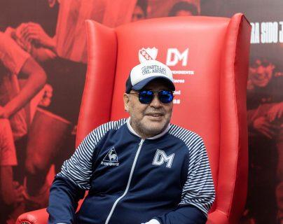 El director técnico de Gimnasia de la Plata Diego Armando Maradona, asegura que lo que él hizo en el Nápoli no lo podría hacer Messi. (Foto Prensa Libre: EFE)