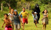 """ACOMPAÑA CRÓNICA BRASIL CARNAVAL***AME6340. CAMETÁ (BRASIL), 23/02/2020.- Un integrante de la comparsa 'Cordão da Bicharada' sigue a niños este 22 de febrero de 2020, durante el primer día de carnaval en Cametá (Brasil). Delfines, guacamayos, caimanes y decenas de otros animales salvajes de la Amazonía brasileña, se tomaron las calles del municipio de Cametá, en el interior del estado del Pará, en un carnavalesco desfile que se ha convertido en un grito por la preservación del medioambiente en la mayor fiesta de Brasil. Desde 1975, la comparsa infantil """"Bloco de las manadas"""" desfila todo domingo de carnaval por las calles de Cametá, ubicada en el norteño estado del Pará, en una celebración que mezcla colores, ritmos, enseñanza y concienciación. EFE/ Raimundo Paccó"""