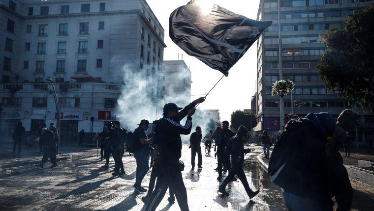 Miles de manifestantes protestan este domingo en el centro de la ciudad costera de Viña del Mar en Chile. Foto Prensa Libre: EFE