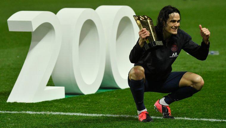 El delantero uruguayo Edinson Cavani celebra sus 200 goles con el PSG. (Foto Prensa Libre: EFE)